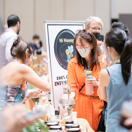 Event though we have to wear masks in times of COVID, the eyes still show the smiles of the client when tasting some natural Honey drinks!